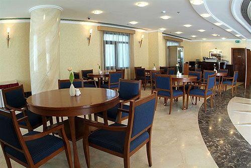 يقع فندق رويال قطر الملكي Royal Qatar Hotel